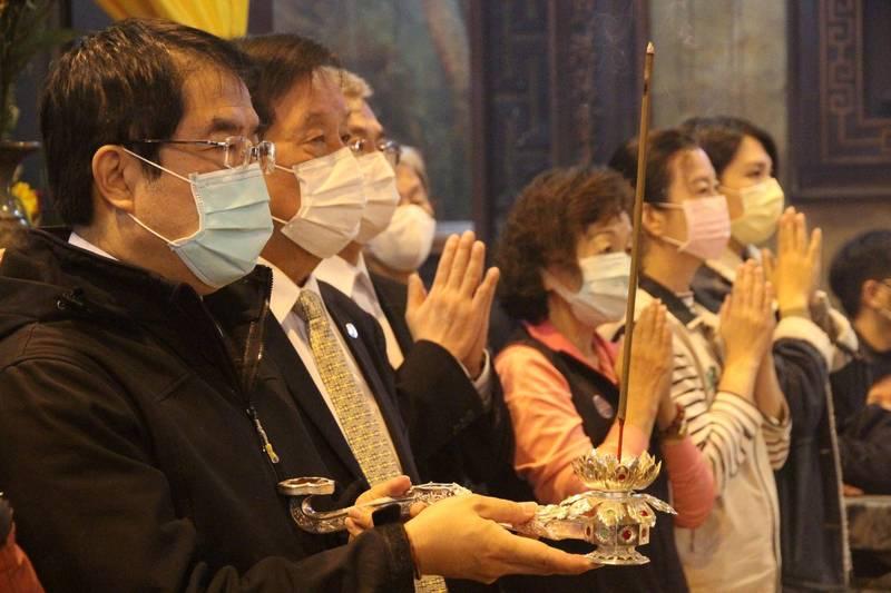 市長黃偉哲晚間前往台灣首廟天壇參香,為玉皇大帝祝壽。(台南市政府提供)