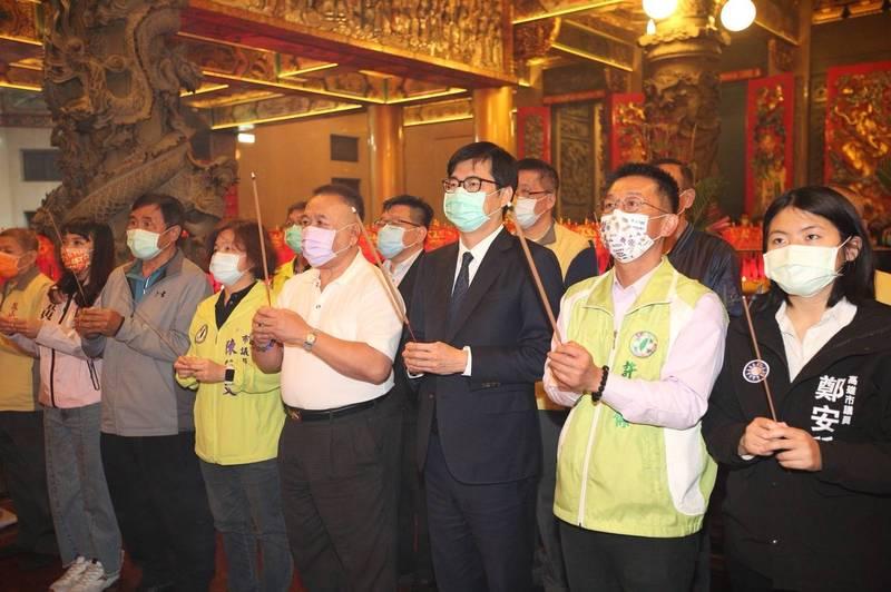 高雄市長陳其邁(右三)至鳳山天公廟參拜。(記者王榮祥翻攝)