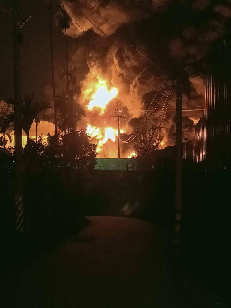 后里橡膠工廠火警,火勢猛烈。(記者張軒哲攝)