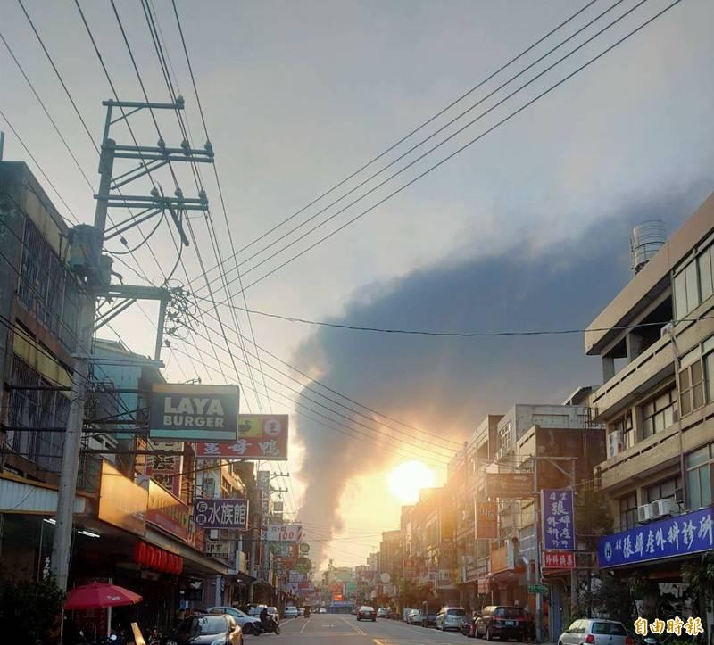 后里橡膠工廠大火,濃煙直竄天際。(記者張軒哲攝)