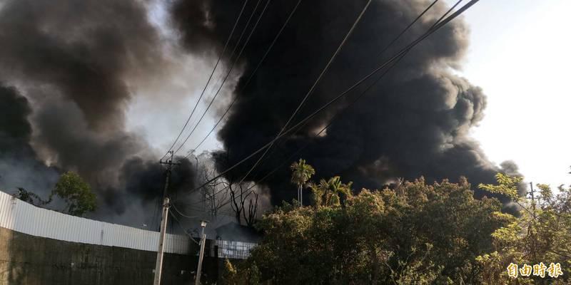 后里橡膠工廠大火,濃煙密布。(記者張軒哲攝)