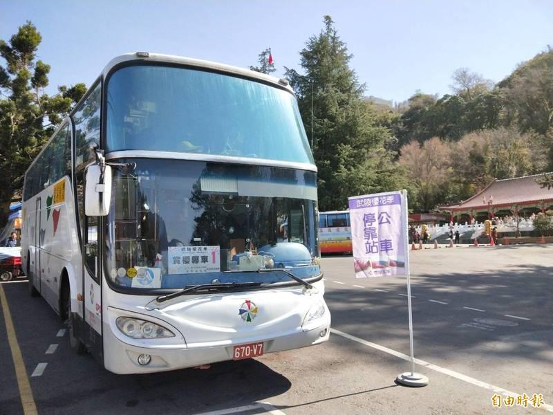 武陵農場賞櫻趣,預約「賞櫻專車」前往更方便 。(記者張軒哲攝)