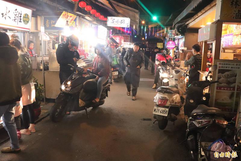 東門夜市昨晚發生持刀砍人事件。(記者林敬倫攝)