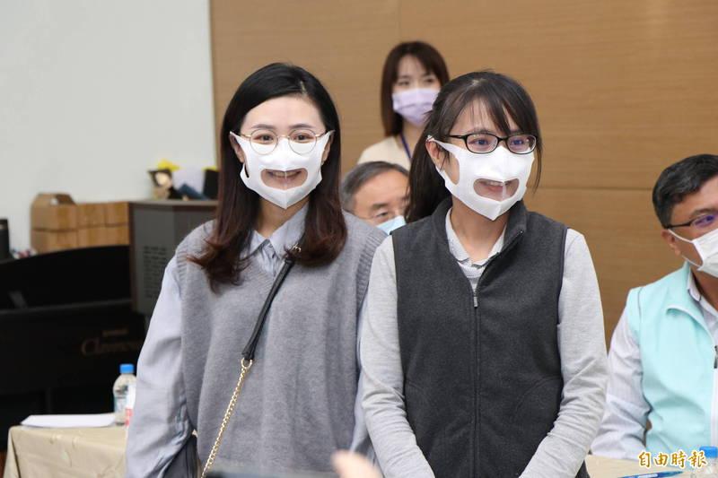嘉市學校特教老師戴上友善透明口罩,讓聽障孩子看得到說話者表情,學習不因防疫中斷。 (記者丁偉杰攝)