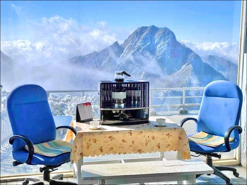 玉山氣象站擁有絕美的「百萬窗景」。(圖:取自鄭明典臉書)