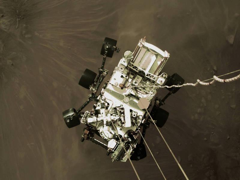 NASA釋出毅力號準備降落火星地表照片。(路透)