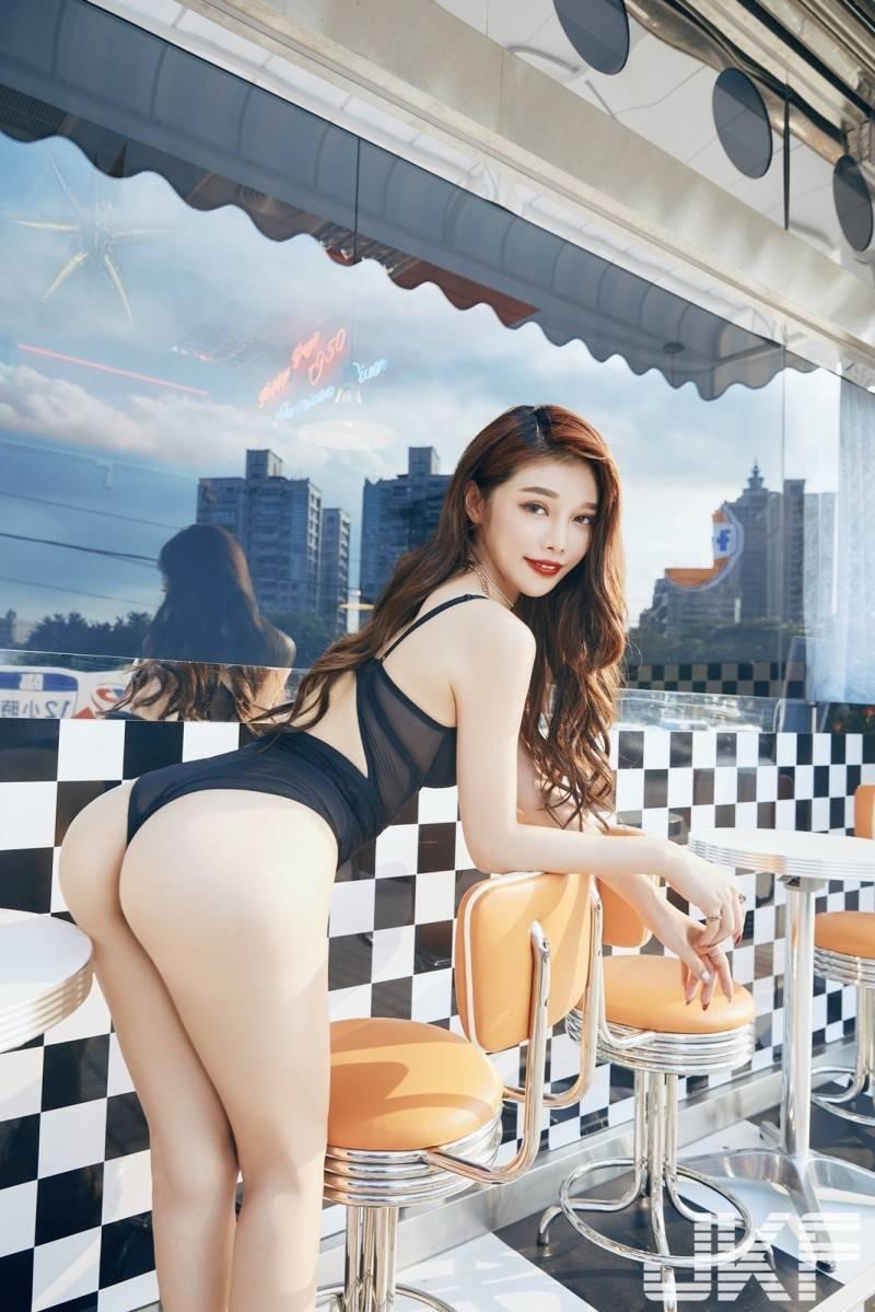 尤妝妝是北漂打拼的高雄女孩,她的IG充斥各種性感大尺度的照片,讓人留下無限的遐想。(JKF提供)