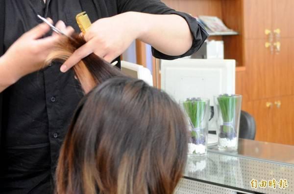 美國波士頓一名理髮師日前幫客人剪髮時,不小心在店內滑倒,手上剪刀竟直接插入胸口,當場血流如注,幸好緊急送醫治療後撿回一條命。示意照,非新聞事件當事人。(資料照)