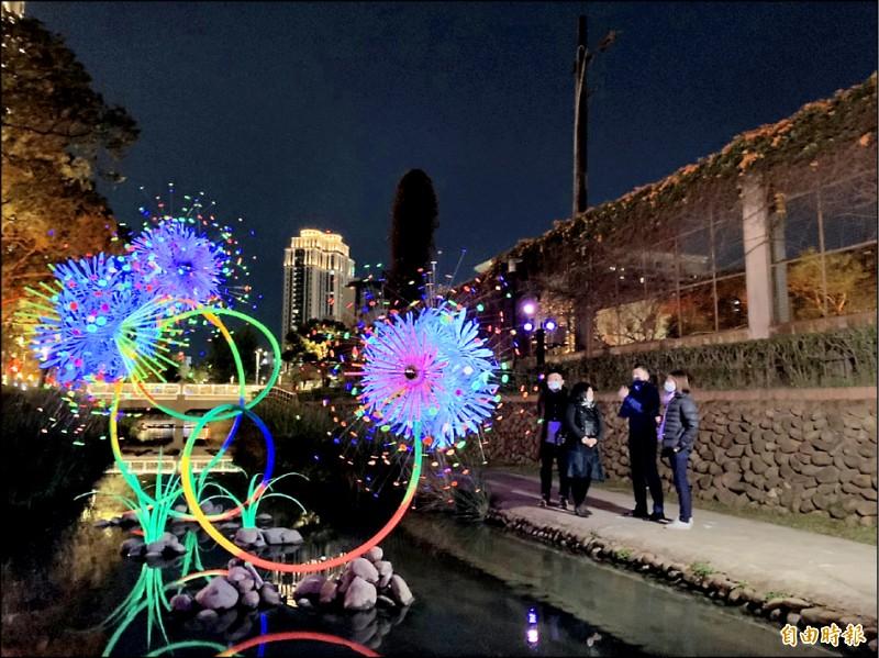 新竹護城河國際藝術燈飾作品美不勝收 。 (記者洪美秀攝)