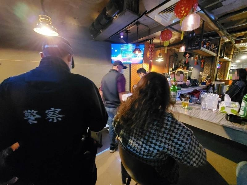 台南有八大業者投訴,遭怪客騷擾,惡意報復,警方回應,這是新的臨檢模式。(民眾提供)