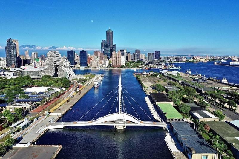 高雄市政府在推特秀出駁二與大港橋景致。(記者王榮祥翻攝)