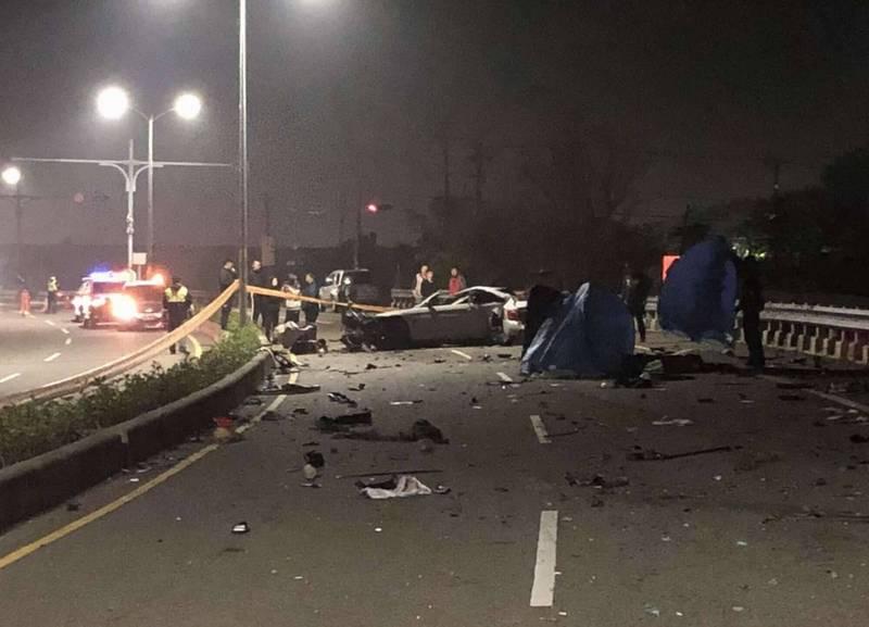 大年初四和美鎮發生BMW轎車失速撞護欄釀2死1傷的重大事故,現場一片狼藉! (記者湯世名翻攝)