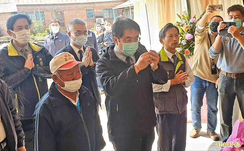 崑濱伯昨日以耆壽92歲辭世,將於3月3日舉行告別式,台南市長黃偉哲今前往靈堂上香並慰問家屬。(記者王涵平攝)