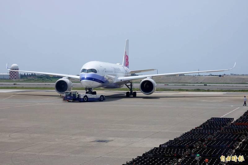 緬甸局勢持續動盪。駐緬甸代表處公告,華航目前排定21日及28日共計2個班次的台北-仰光救援班機,若僑民欲返回台灣,應儘早與華航聯繫。(資料照,非當事航班)