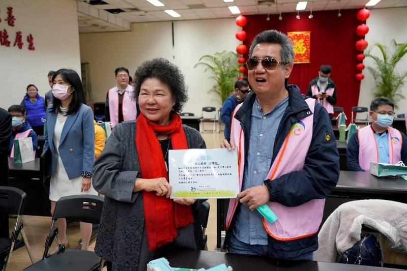 國家人權委員會主委陳菊代表接受視障者家長協會秘書長藍介洲的感謝狀。(人權會提供)