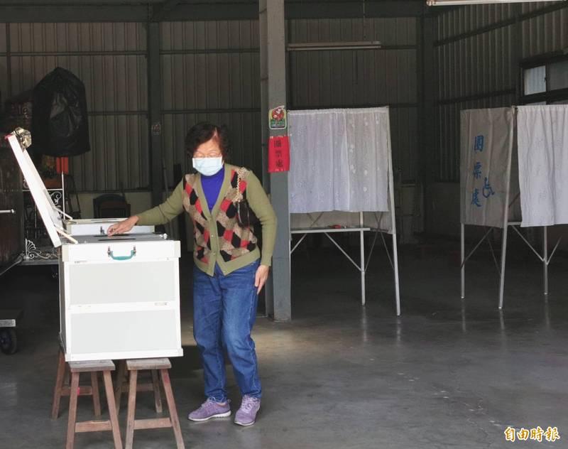 新化區農會選舉有競爭,但投票秩序良好。(記者吳俊鋒攝)