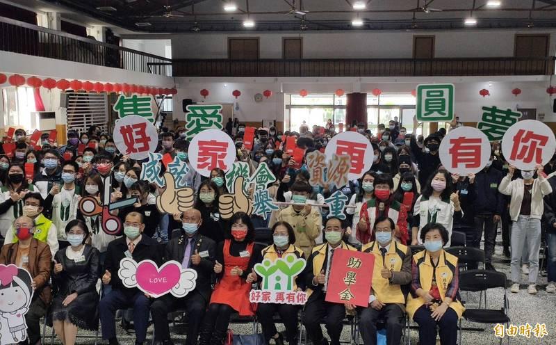 北台南家扶今日頒發312位高中職、大專生約626萬元助學金,家扶學子也以優異表現回報社會支持。(記者王涵平攝)