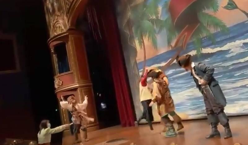 中國上海1名女子在迪士尼劇場毆打演員,還痛罵演員「你個美國人的豬!」(圖取自推特)