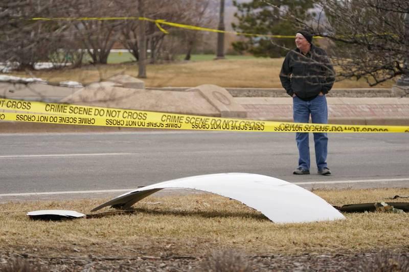 美國聯合航空載著231名乘客和10名機組人員的客機,於丹佛起飛後因為右引擎故障緊急返航,期間機身碎片沿路掉落砸中地面。(美聯社)