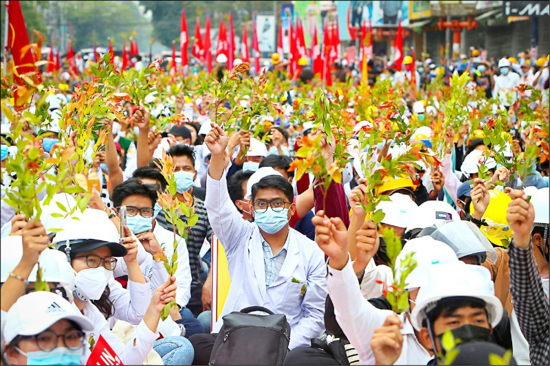 儘管可能遭緬甸軍警武力鎮壓,第二大城曼德勒醫學大學的學生仍在廿一日集結示威。(美聯社)