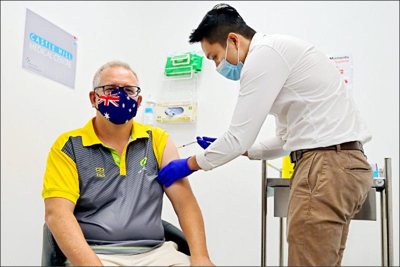 澳洲總理莫里森21日在雪梨城堡丘醫療中心,施打輝瑞藥廠生產的武漢肺炎疫苗第一劑。(法新社)
