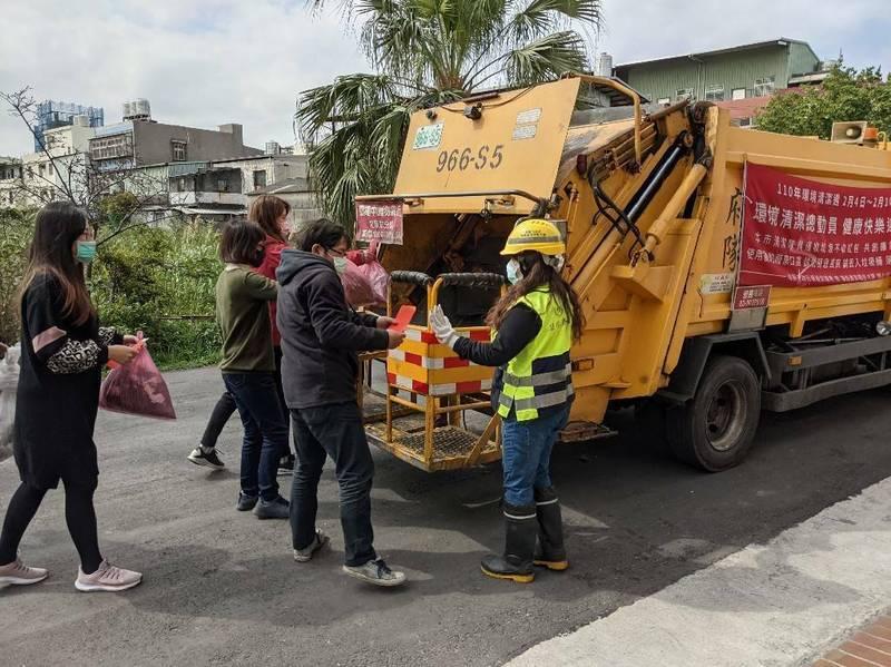 桃園市清潔隊除了要防疫消毒,還要收運垃圾,讓千名清潔隊員收運工作量遽增,片刻不停。(桃園市政府環境保護局提供)
