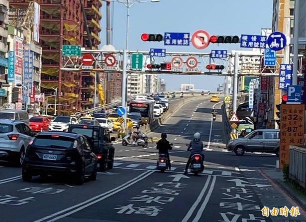 中博高架橋27日拆公車客運設臨時轉運站,高市府出動免費接駁車因應。(記者黃良傑攝)