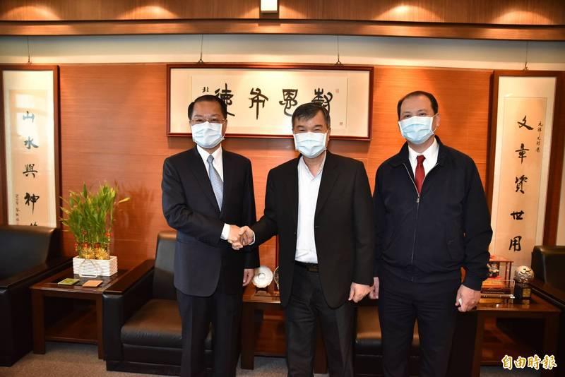 高市警察局長黃明昭(左)今天下午走訪樹德科技大學表示,網紅超艾夾遭人刺傷,警方已掌握2名嫌犯,正積極查緝中。(記者蘇福男攝)