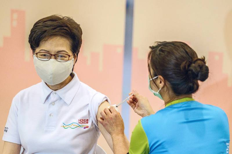 香港特首林鄭月娥22日下午接種中國科興武肺疫苗,開打全香港第一針。(彭博社)