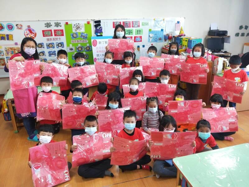 市府客家委員會贈送新丁粄造型的手提燈籠給東勢幼兒園的小朋友。(客委會提供)