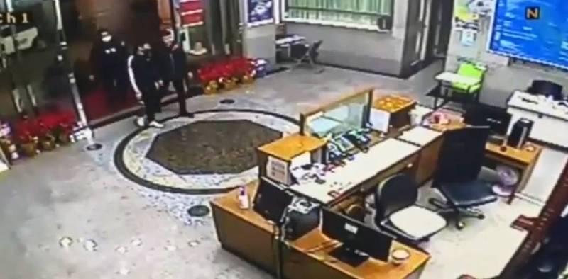 幫派小鬼闖進該公司1樓大門丟鞭炮鬧事。(記者王冠仁翻攝)