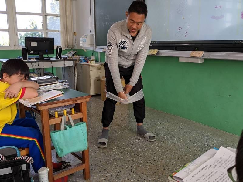 台南市佳里區子龍國小老師郭偉智在課程上示範正確使用衛生棉,並讓學生透過實際操作體驗。(郭偉智提供)