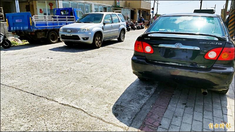 蘭嶼環島公路時常可見到無牌車,違規上路。(記者陳賢義攝)