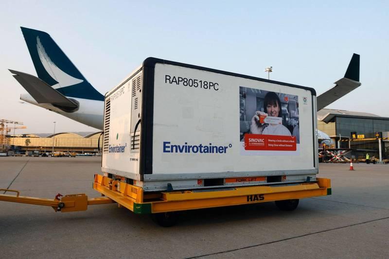 泰國政府向中國科興公司採購的武漢肺炎疫苗首批將於24日抵泰。泰國總理帕拉育今天表示,他願意率先接種。圖為19日中國科興疫苗運抵香港機場。(路透)