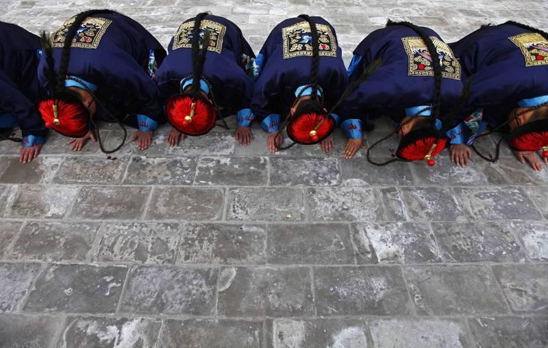 中國官媒稱磕頭「是中國存續數千年的淳樸民俗與傳統禮儀」,被自家網友怒轟「要倒退回清朝」。(路透檔案照)