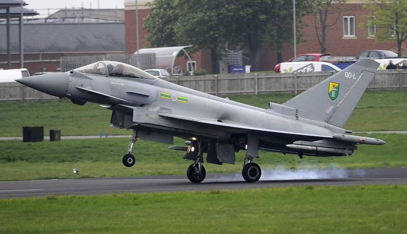 英國皇家空軍一架颱風戰機因攔截私人飛機時使用超音速飛行,產生音爆現象,導致多起民宅設施受損。(路透)