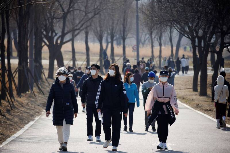 南韓境內武漢肺炎(新型冠狀病毒病,COVID-19)日增病例數,時隔7天再度降至400例以下。示意圖。(路透)