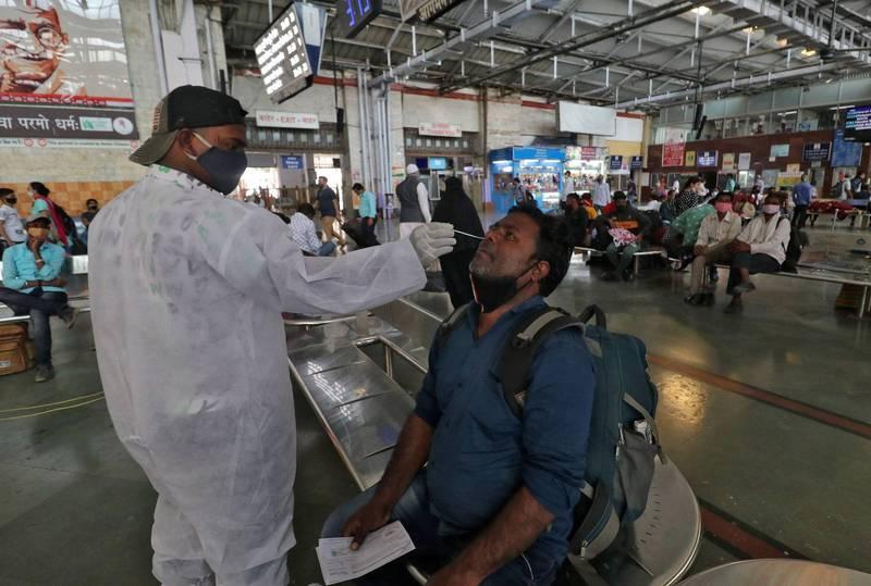 印度疫情最嚴重的馬哈拉什特拉省衛生官員表示,印度各地出現240種變種病毒株是省裡上週以來病例激增的原因。(路透)