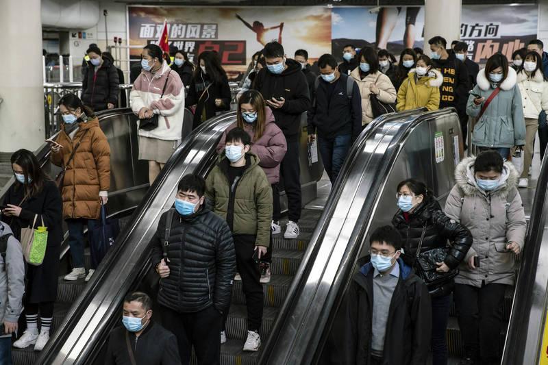 中國昨增境外確診11例,無症狀感染者8例。圖為上海地鐵。(彭博社)