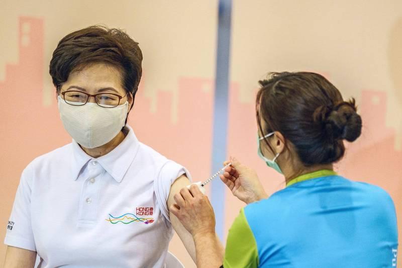 香港特首林鄭月娥今(22日)率領多名司長、局長施打了中國科興生物疫苗,但還是有3名官員沒到場。(彭博)