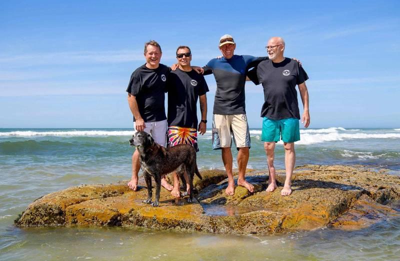 鯊魚攻擊倖存者組成的「齒痕俱樂部」如今全球共有近400名成員。畫面中這群澳洲衝浪客都是成員,左起:Kevin Young、Dave Pearson、Bruce Lucs、Ray Short。(法新社)