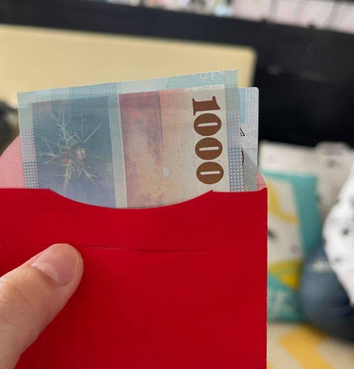 春節過年不少人都有收到紅包,但有網友發文分享,自己過年後才把收到的紅包打開,竟發現其中一包1千元紅包偽裝成2千元。(圖擷取自臉書《爆廢1公社》)