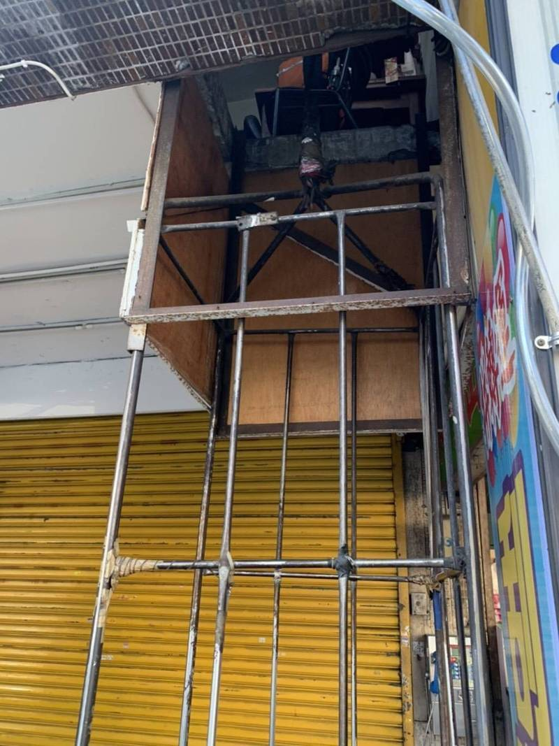 台北市建管處證實,這座神秘電梯在民生西路,所有權人將吃上6萬元罰單,並依違建報拆。(圖:建管處提供)