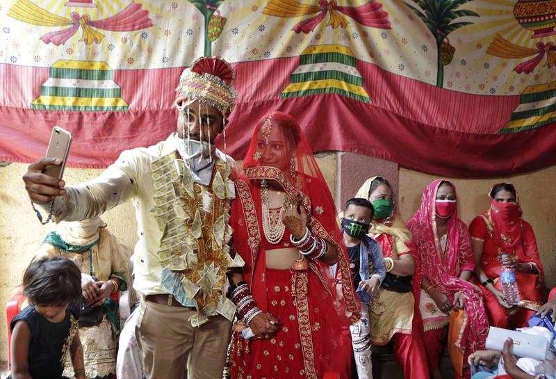 印度男子結婚後,還偷交女友成婚,妻子報案後、警方出面協議後,讓他「每週分別各住妻子、女友家3天、休息1天」。印度婚禮示意圖。(美聯社)