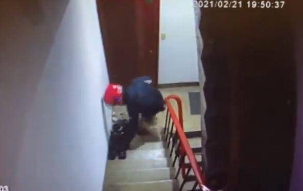 熊貓女外送員偷鞋都被監視器拍下來,受害人已經報案。(圖取自爆料公社)