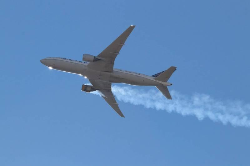 美國聯合航空波音777-200客機在空中右引擎爆炸起火,飛機製造商波音建議各大航空停飛777機種。(歐新社)