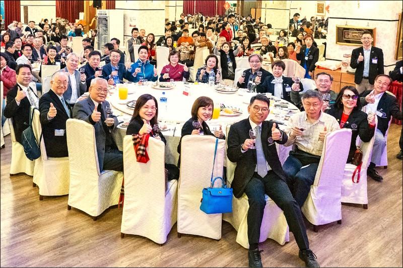 國民黨下屆台北市長熱門人選蔣萬安(前桌後排著藍衣者),上週五與市長柯文哲同桌共舉紅酒。(民眾提供)