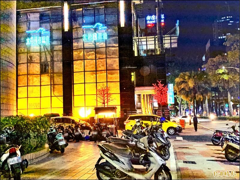 「含羞草日記」副團長「超艾夾」昨在大帝國舞廳停車場前,與4名酒客發生口角,背部中2刀就醫。 (記者方志賢攝)