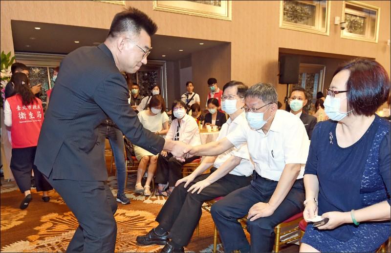 國民黨主席江啟臣邀台北市長柯文哲參加論壇,引發黨內砲轟,圖為兩人去年活動照。(資料照)