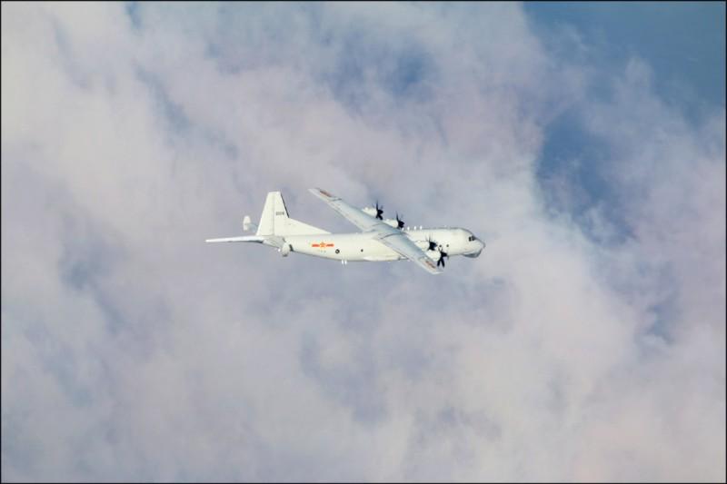 一架「運八」反潛機昨下午自台海中線以南空域,進入我防空識別區。圖為同型機照片。(國防部提供)